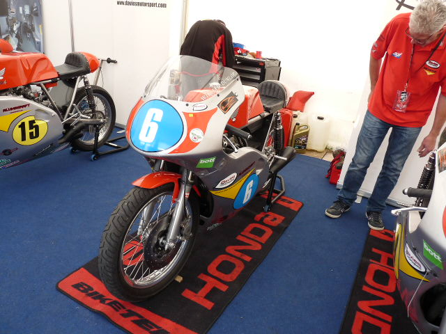 [Road Racing] Classic TT-Manx GP 2015 - Page 4 P1060720
