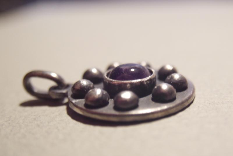 Pendentif améthyste cabochon et demi-sphères d'argent P1180618