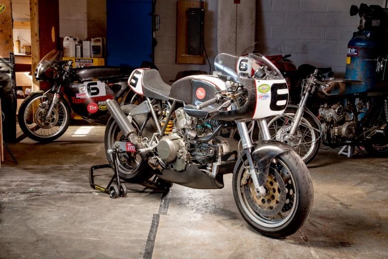 Elle aussi,lui manque qu'un phare.... Ducati11