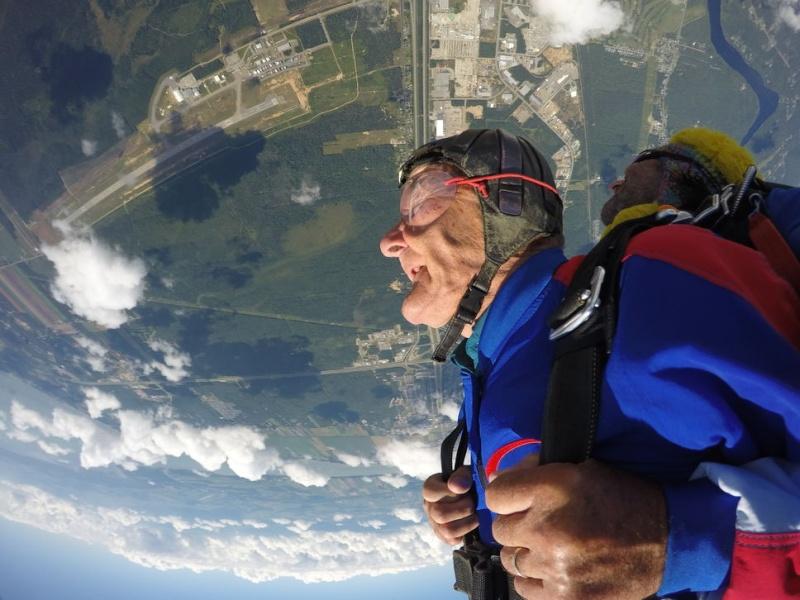 Un homme de 87 ans saute en parachute pour son frère décédé Montry10