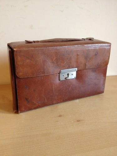 kit de voyage ancien de marque M.G. Paris - Page 3 Estern10