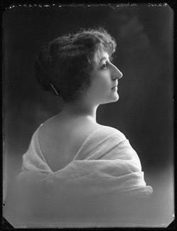 Une Aventure Secrète de Marie-Antoinette, avec Yvonne Mirval (Camille Morlhon - 1910) 0_7a0210