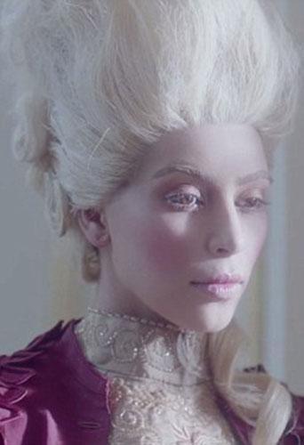 Kim  Kardashian, nouvelle Marie Antoinette  Zzzzd10