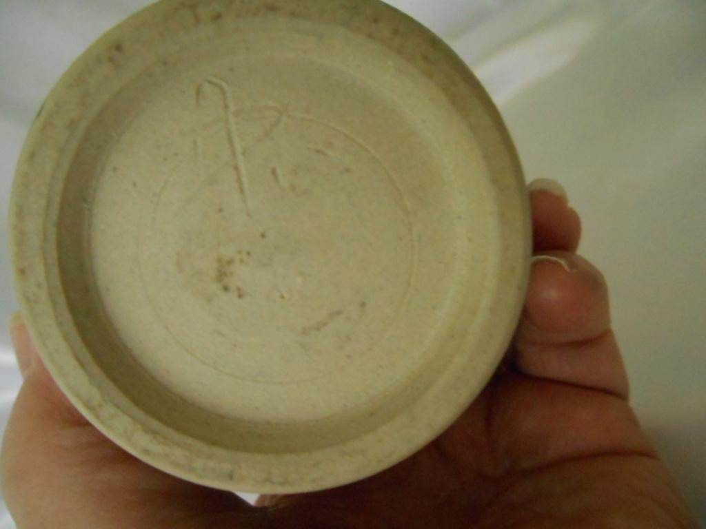 Handwritten iniials on stoneware small vase - AD or AP mark  Dscn6811
