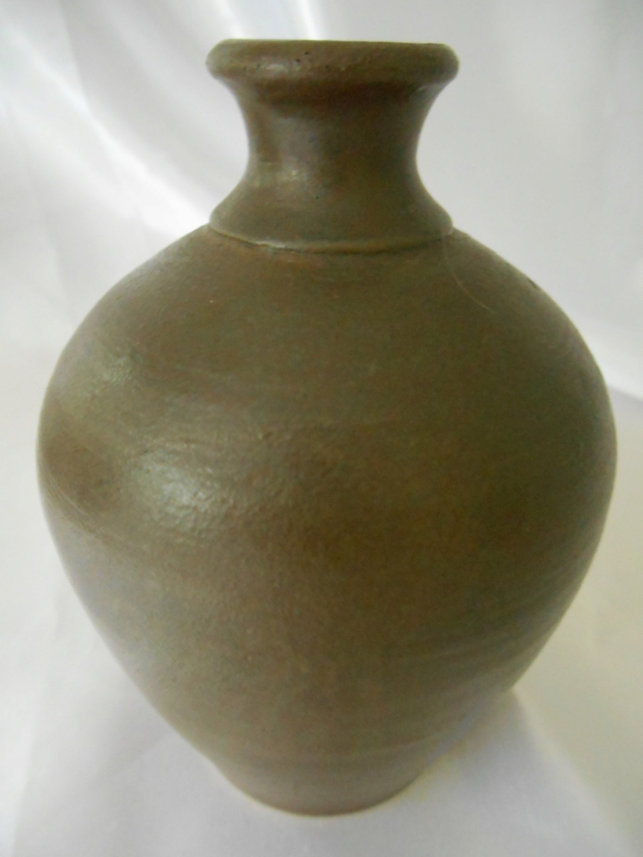 Handwritten iniials on stoneware small vase - AD or AP mark  Dscn6812
