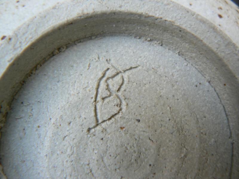 Rustic stoneware bowl, Irish? Stephanie Redfern? - BS or SB mark? P1180422