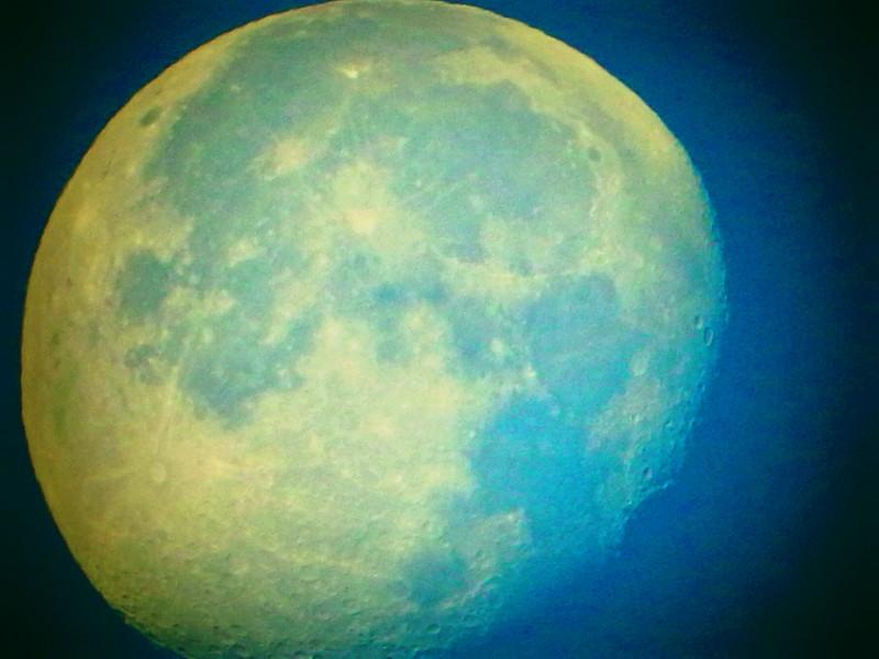 Pleine lune (ou presque, décroissante d'une 1/2 journée) 00111