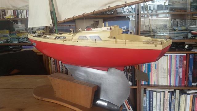 Un voilier JEP avec un moteur électrique débrayable. Voilie21