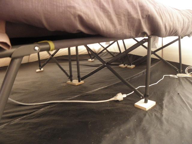 matelas gonflable sur lit de camp P8103614
