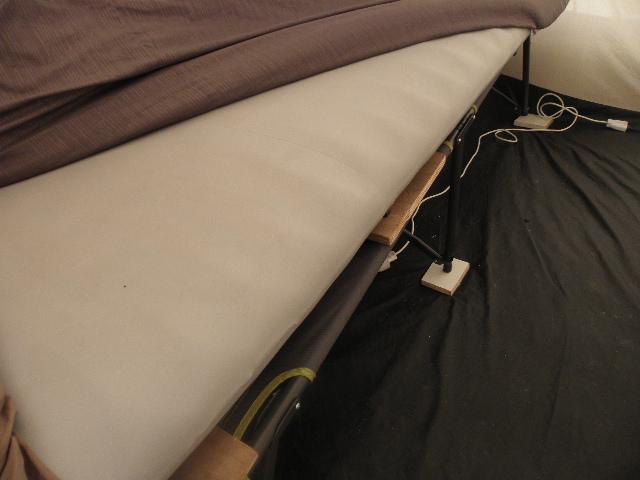 matelas gonflable sur lit de camp P8103616