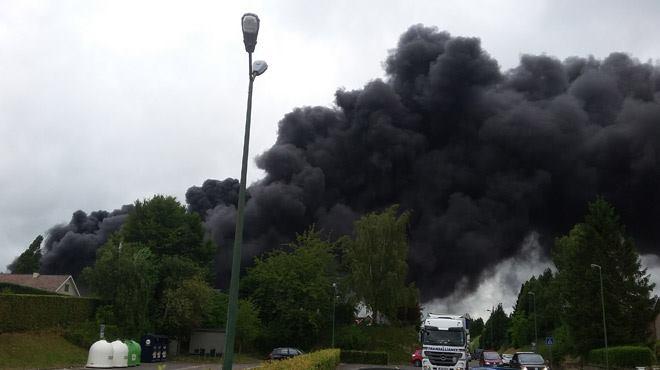 Violent incendie en cours chez Derbigum à Perwez 11542010