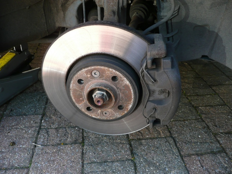 Changing front brake pads and/or discs P1020415