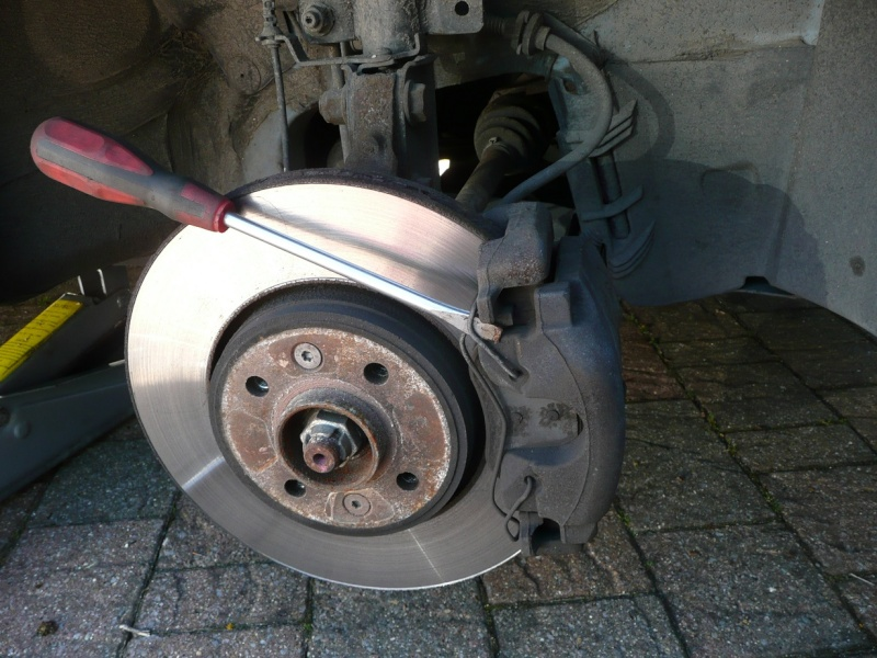 Changing front brake pads and/or discs P1020416