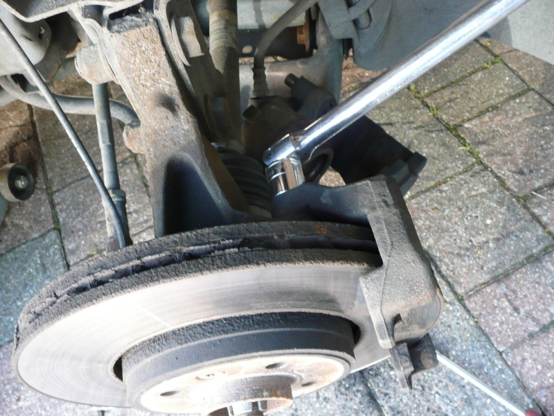 Changing front brake pads and/or discs P1020419