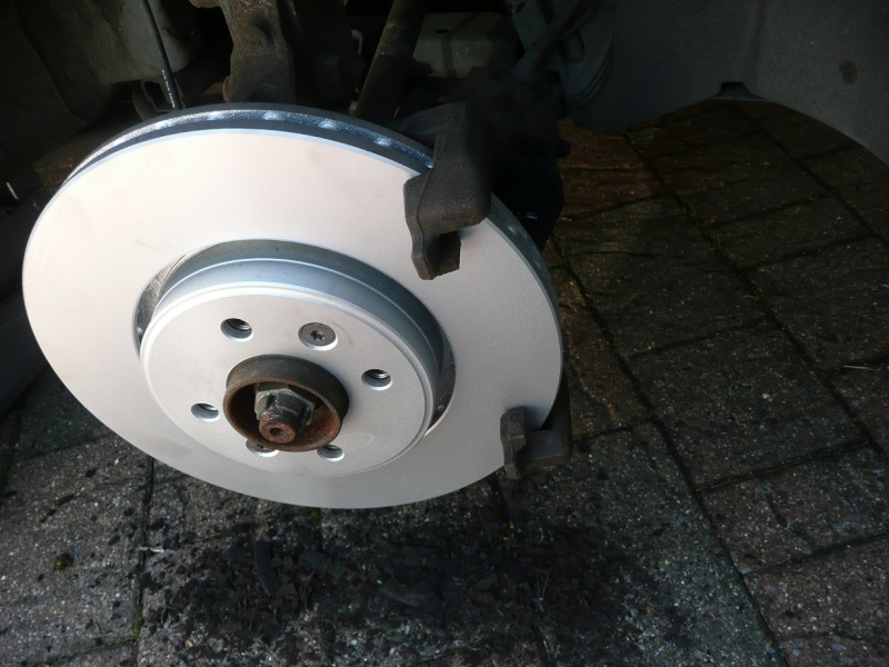 Changing front brake pads and/or discs P1020423