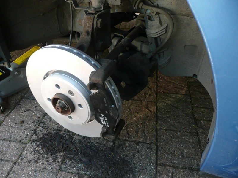 Changing front brake pads and/or discs P1020424
