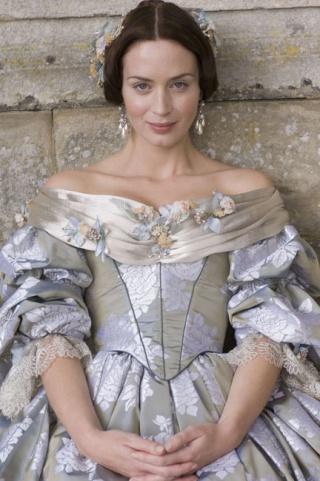 [PERIOD DRAMAS] Votez pour votre robe préférée ! Emily-11