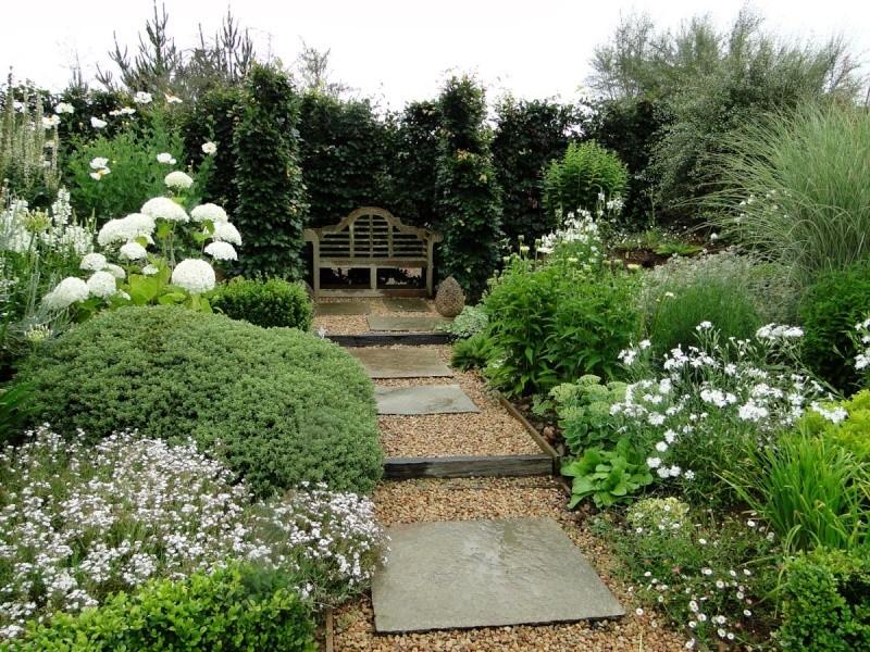 massifs en blanc - fleurs et feuillages : belles associations  Plouyc17