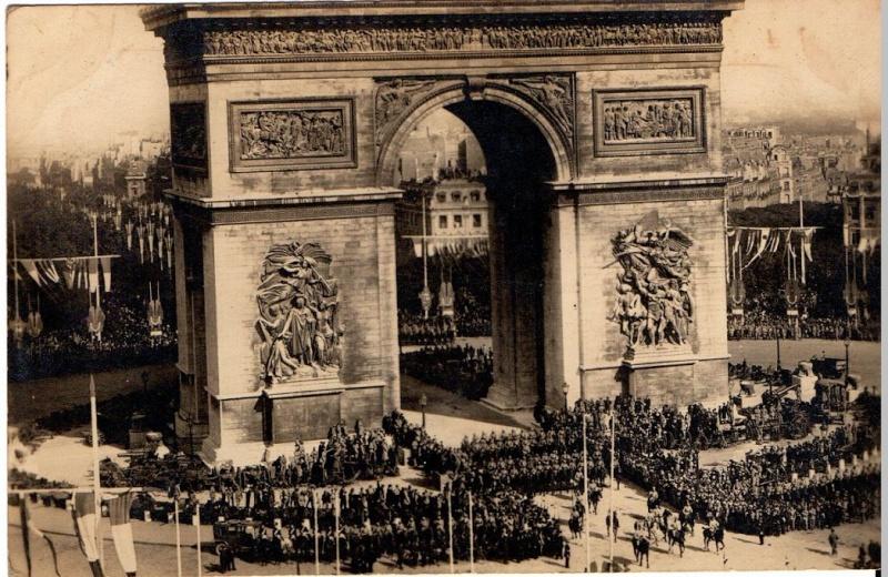 CPA Paris - Défilé du 14 juillet 1919 sous l'Arc de triomphe Cp_par10