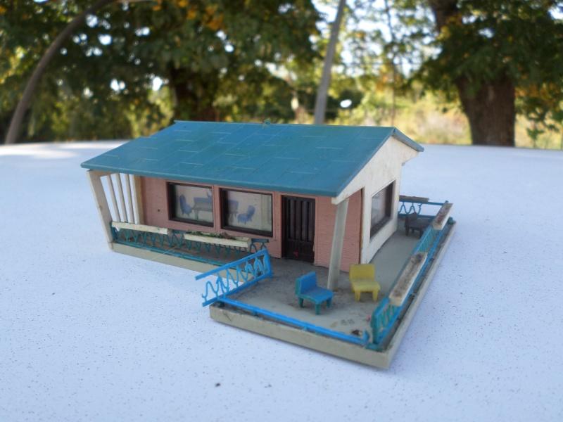 fifties ville in ho - décors de train de style mid century modern - Vintage HO and OO plastic toy train building  Sam_3810