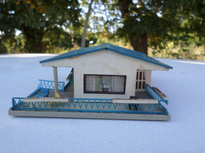 fifties ville in ho - décors de train de style mid century modern - Vintage HO and OO plastic toy train building  Sam_3811