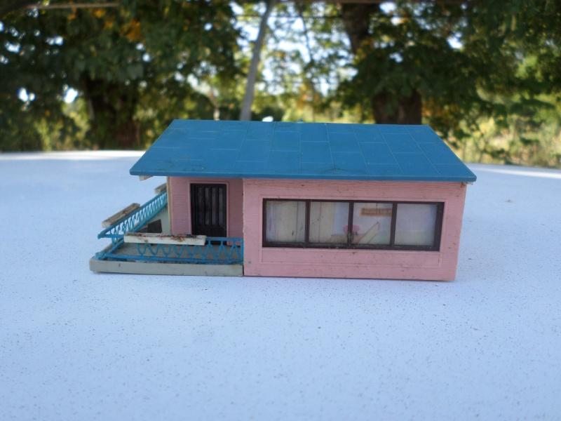 fifties ville in ho - décors de train de style mid century modern - Vintage HO and OO plastic toy train building  Sam_3812