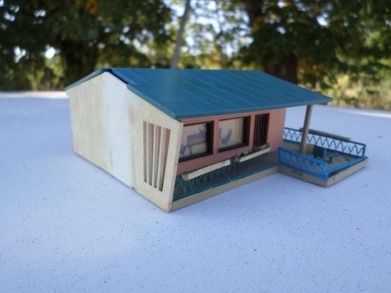 fifties ville in ho - décors de train de style mid century modern - Vintage HO and OO plastic toy train building  Sam_3814