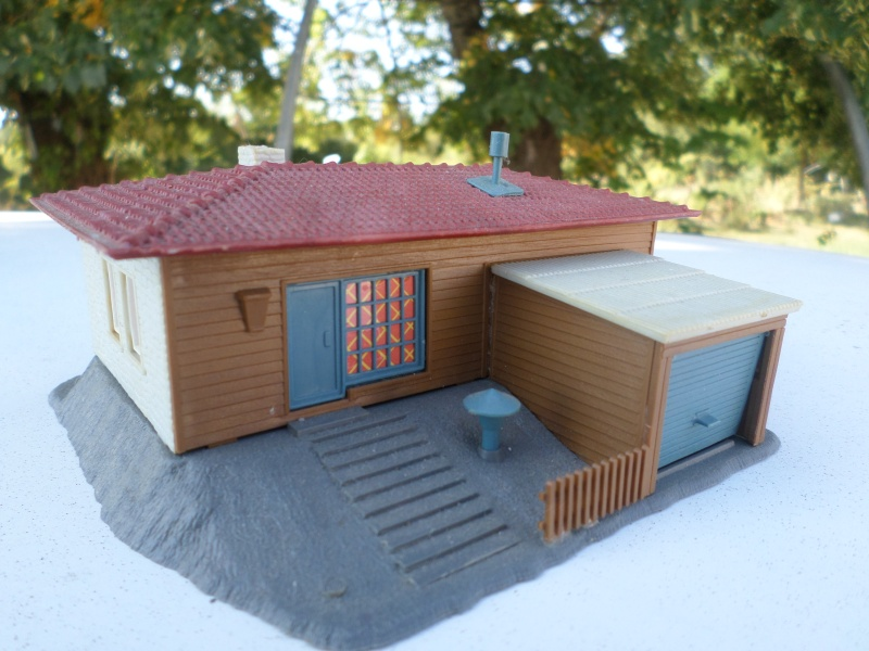 fifties ville in ho - décors de train de style mid century modern - Vintage HO and OO plastic toy train building  Sam_3815