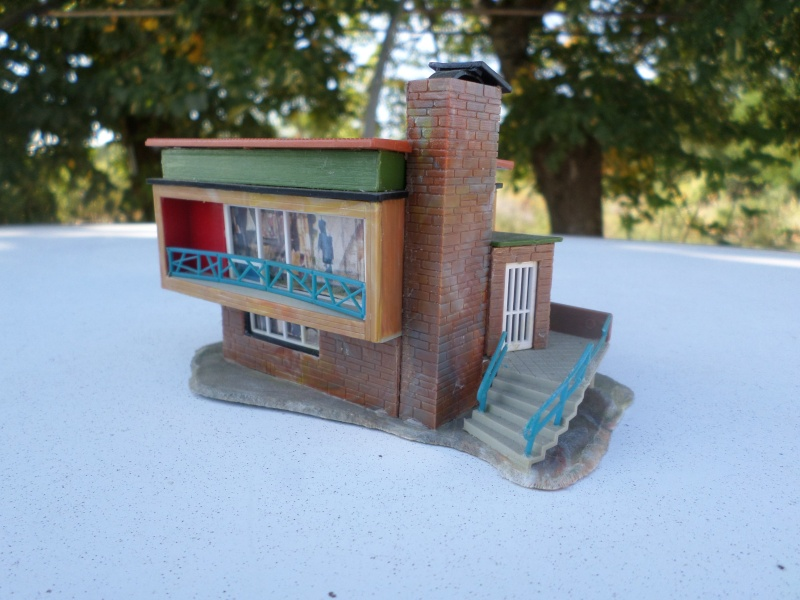 fifties ville in ho - décors de train de style mid century modern - Vintage HO and OO plastic toy train building  Sam_3818