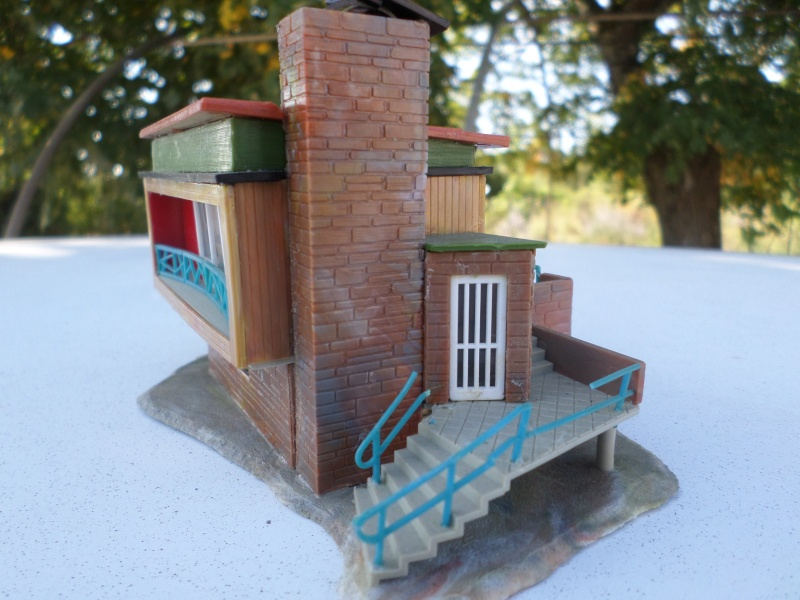 fifties ville in ho - décors de train de style mid century modern - Vintage HO and OO plastic toy train building  Sam_3821