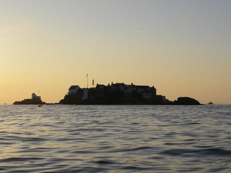 Les incroyables maisonnettes en pleine mer sur les îlots des Écréhou. Imgp0230
