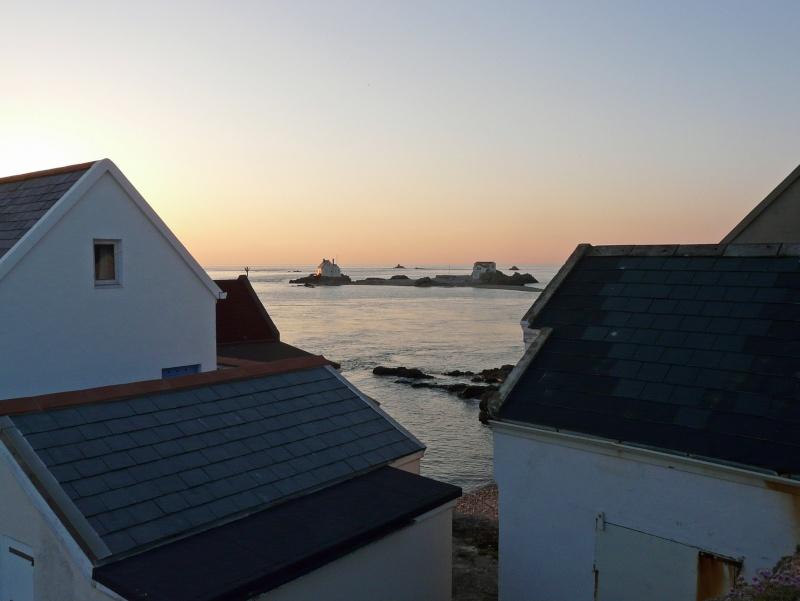 Les incroyables maisonnettes en pleine mer sur les îlots des Écréhou. - Page 3 P1470720