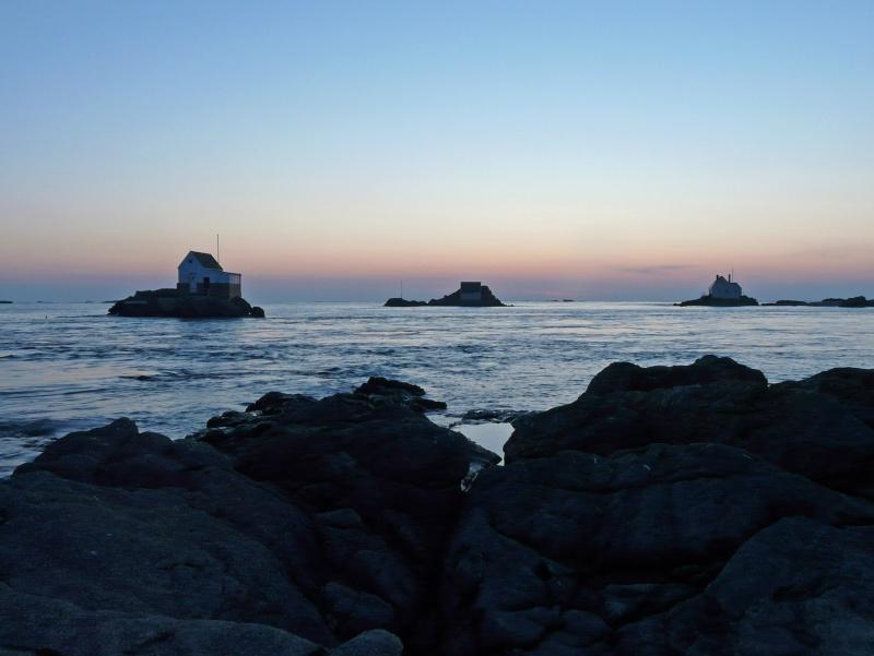 Les incroyables maisonnettes en pleine mer sur les îlots des Écréhou. - Page 4 P1470728