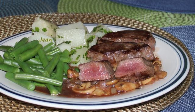 Filet de cerf rouge, sauce porto a l'infusion de graines et baies...photo... Img_8315