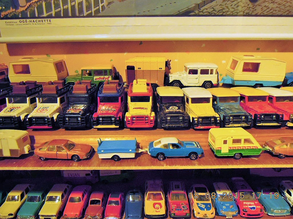 mes étagères avec quelques babioles . Dscn5016