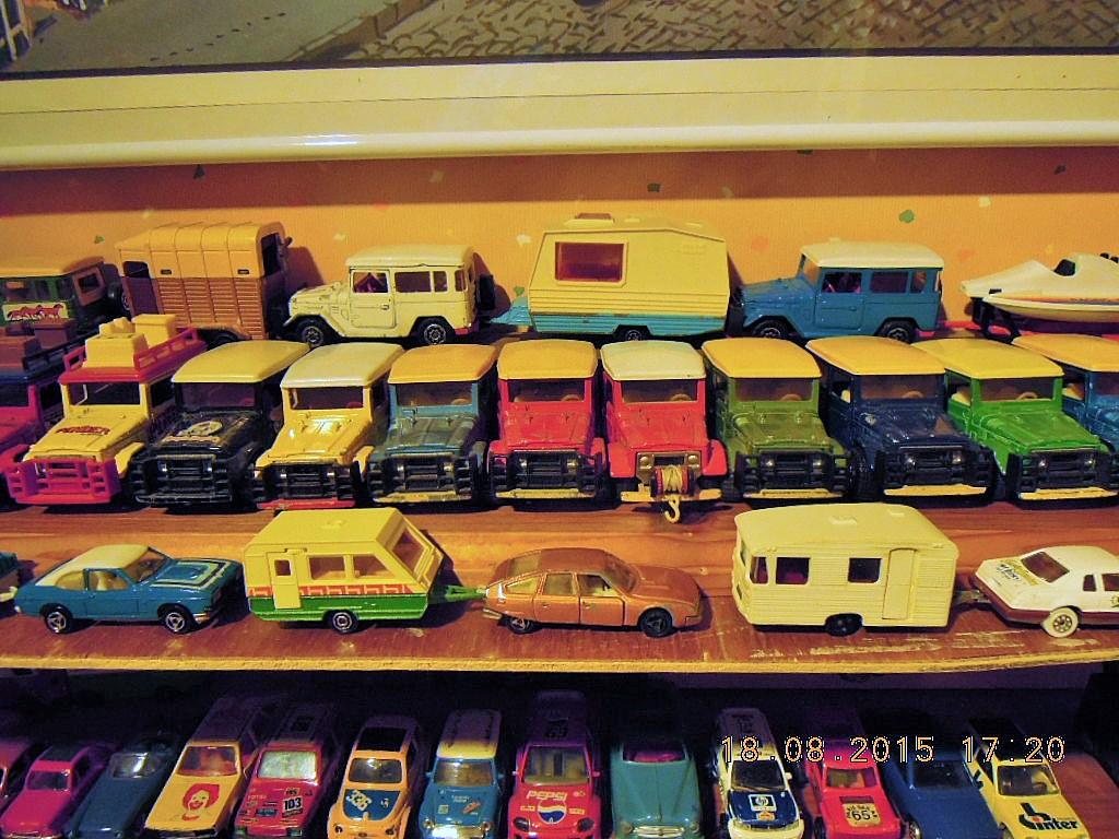 mes étagères avec quelques babioles . Dscn5017