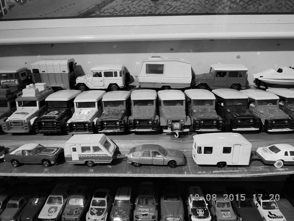mes étagères avec quelques babioles . Dscn5018