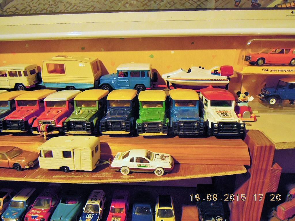 mes étagères avec quelques babioles . Dscn5019
