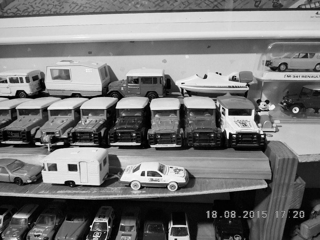 mes étagères avec quelques babioles . Dscn5020