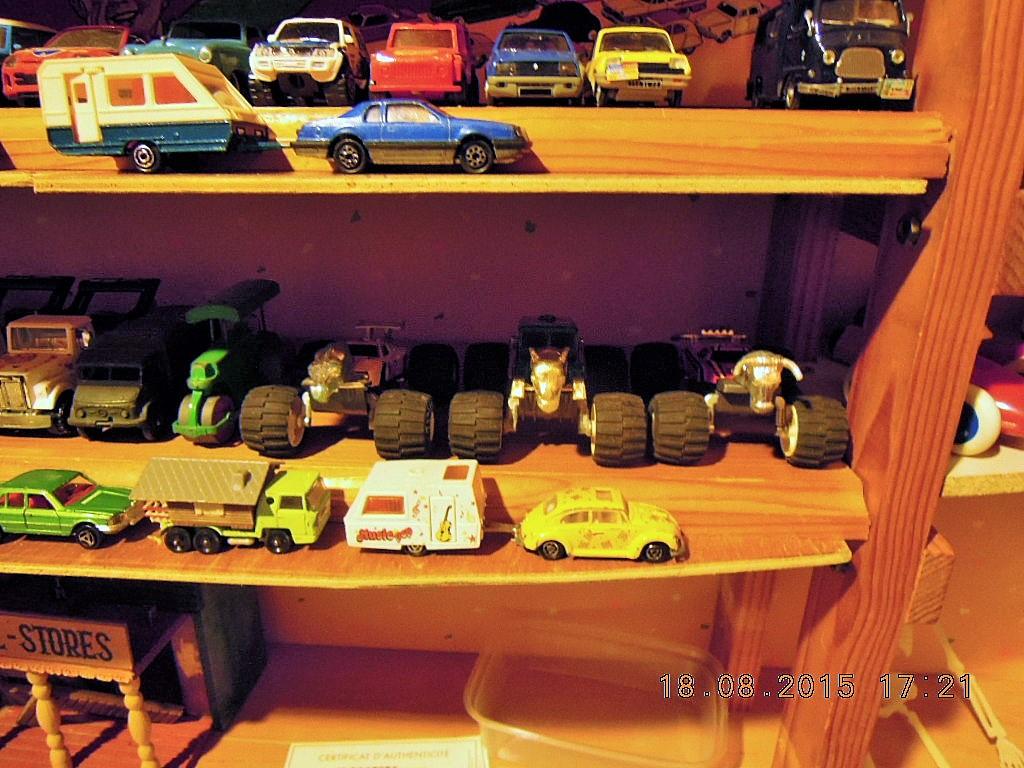mes étagères avec quelques babioles . Dscn5031