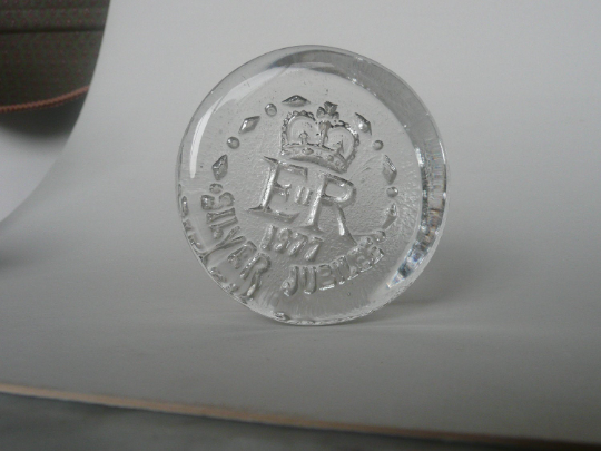 Frank Thrower for Dartington Silver Jubilee paperweight ...?  Paperw11