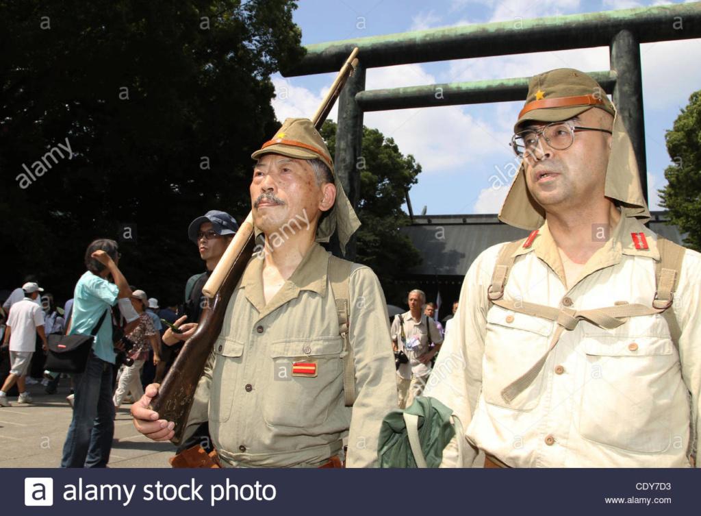 """Les cadres photo """"Yasukuni"""" offerts par les ministères de l'armée et de la marin 15-aou10"""