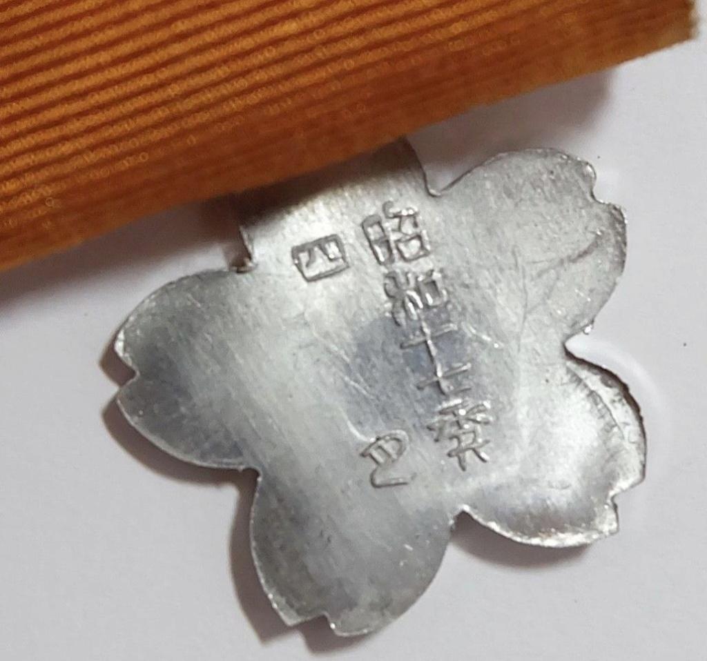 """Les cadres photo """"Yasukuni"""" offerts par les ministères de l'armée et de la marin Badge_11"""