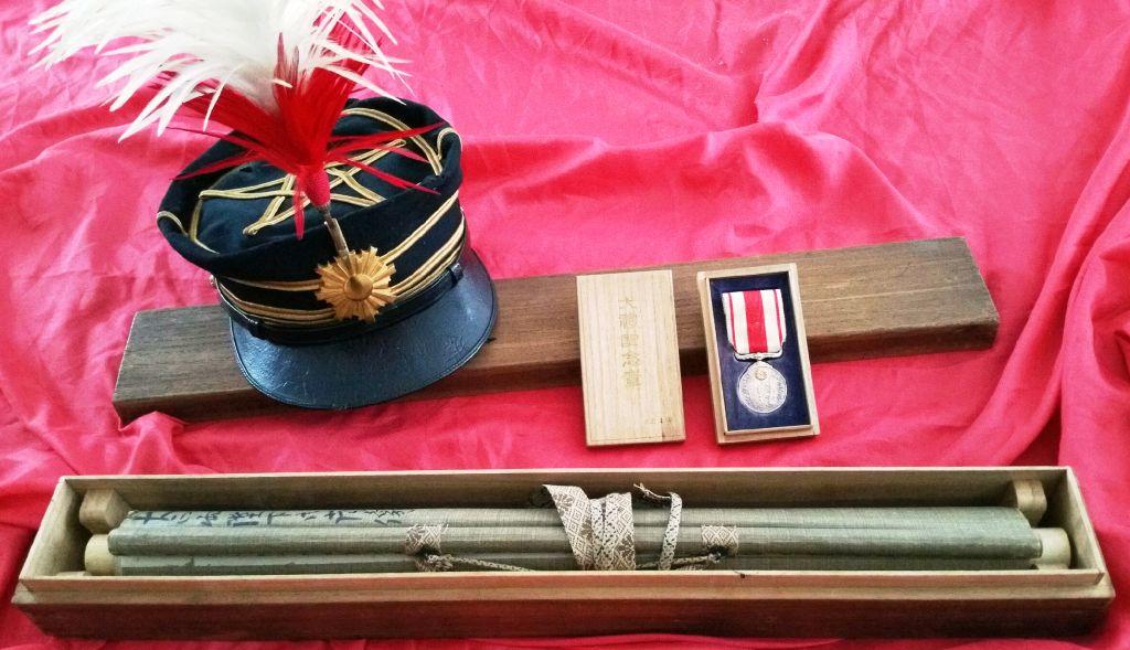 Un kakémono commémorant l'intronisation de l'empereur Tasiho : Boite_10
