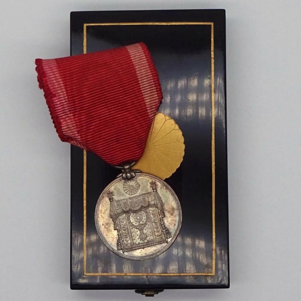 Médaille commémorative de la promulgation de la Constitution du Japon - Shōwa 26 Consti10