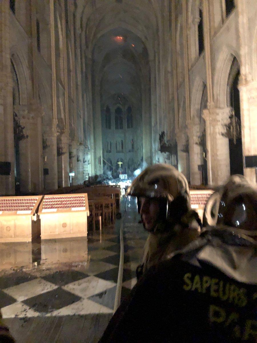 La flèche de la cathedrale de Paris vient de s'effondrer. - Page 2 D4oxjf10