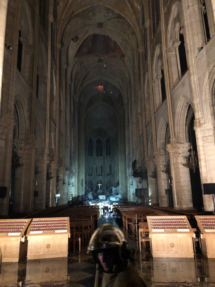 La flèche de la cathedrale de Paris vient de s'effondrer. - Page 2 D4oxun10