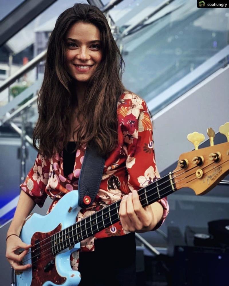 Fotos de mulheres tocando baixo. TOPICO PARA CONEXOES RAPIDAS - Parte II - Página 20 Fender11