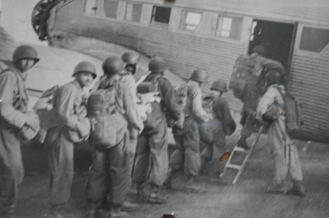 carte n°724 des Anciens Parachutistes Français..pièce musée! Embarq11