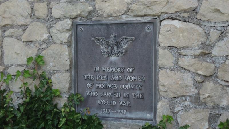 Monument aux morts sur une route mytique. Dsc09213